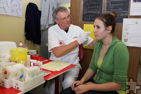 Ein kleiner Pieks ins Ohrläppchen, bevor es an die Nadel geht: Jeder Spender wird befragt und untersucht, bevor er zur Ader gelassen wird. Foto: Steffi Tucholke/pp/Agentur ProfiPress