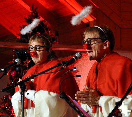 """Nicht ganz ernst geht es bei der Paveier-Weihnacht zu, wie die beiden Engel Klaus Lückerath (rechts) und """"Bubi"""" Brühl zeigen.  Foto: Reiner Züll/pp/Agentur Profipress"""