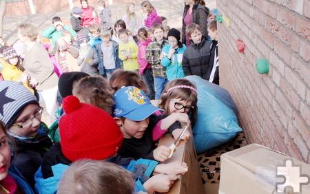 Die Spannung war groß, als die Schüler sich endlich ans Auspacken der geheimnisvollen Kisten machen durften. Foto: Steffi Tucholke/pp/ProfiPress