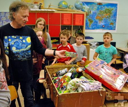 Randvoll mit Malutensilien ist der alte Koffer, den Stephan Schick in die Grundschule Kommern mitgebracht hat. Foto: Renate Hotse/pp/Agentur ProfiPress
