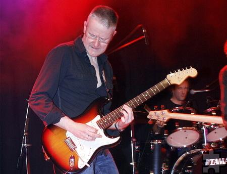 """Gitarrist Joachim """"Joga"""" Waasem von den """"Männern von Flake"""" überzeugte auch diesmal wieder mit seinen Solis. Foto: Stefan Lieser/pp/Agentur ProfiPress"""
