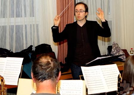 Der 24-jährige Musikstudent Jakob Gaede leitet den Musikverein Lessenich und studiert mit den Musikern das Repertoire für das Konzert in Königswinter ein. Foto: Paul Düster/pp/ProfiPress