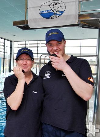 Insgesamt elf Stunden für das Sponsorenschwimmen im Dauereinsatz und ständig per Funk erreichbar waren die Organisatoren Peter Jansen (l.) und Christian Mundt von der DLRG-Ortsgruppe Mechernich. Foto: Renate Hotse/pp/Agentur ProfiPress
