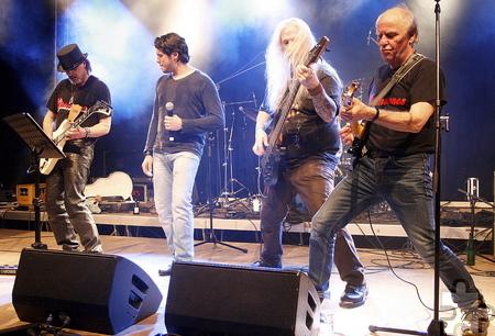 """Die Heavy-Metal-Spezialisten """"Glamstones"""" hielten Wort: Sie """"rockten die Bude"""". Foto: Stefan Lieser/pp/Agentur ProfiPress"""