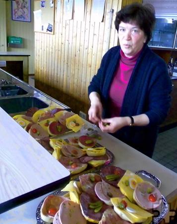 Franziska Vossemer sorgte dafür, dass die freiwilligen Helfer sich stärken konnten und schmierte fleißig Brötchen. Foto: Privat/pp/Agentur ProfiPress