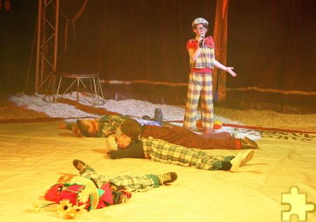 """""""Wer ist hier eigentlich der Zirkusdirektor?"""" Um diese Frage zu klären, brachten sich die Direktorenclowns gegenseitig zu Fall. Foto: Steffi Tucholke/pp/ProfiPress"""