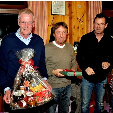 KSC-Chef Wolfgang Arens (rechts) bedankt sich mit Präsenten bei den scheidenden Vorstandsmitgliedern Hans Lambert (Mitte) und Ralf Schumacher.  Foto: Reiner Züll/pp/Agentur ProfiPress