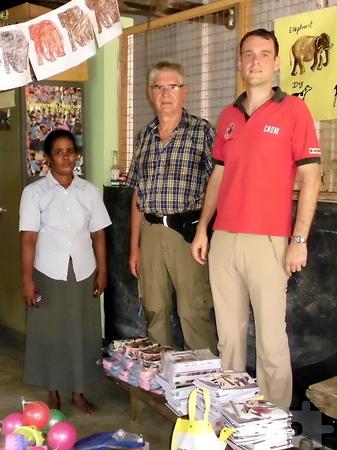 Auf ihrer Reise statteten Winfried Dederichs (Mitte) und Thomas Schwarzer den zwölf von Eifel-Aid betreuten Kindergärten einen Besuch ab. Foto: Privat/pp/Agentur ProfiPress