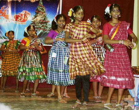 Auch eine Weihnachtsfeier mit traditionellen Tanzdarbietungen stand auf dem Programm. Foto: Privat/pp/Agentur ProfiPress