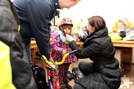 Die dreijährige Emma schaut zwar noch skeptisch, aber Papa Heinz und Mama Sandra Stürzenberger sind mit dem Kauf des neuen Kinderrads und einem Helm für insgesamt nur 35 Euro mehr als zufrieden. Foto: Franz Küpper/pp/Agentur ProfiPress