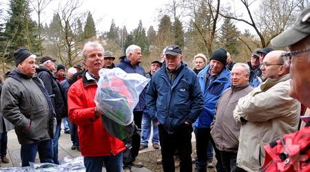 Zum Abschluss des Treffens überreichte Geschäftsführer Manfred Rippinger Eifel-Wanderrucksäcke an alle Wegepaten. Foto: Reiner Züll/pp/Agentur ProfiPress