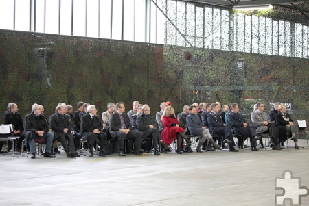Zahlreiche Gäste, Vertreter der Stadt und Weggefährten verschiedener Institutionen waren zum Übergabeappell in das Materialdepot Mechernich gekommen. Foto: Steffi Tucholke/pp/ProfiPress
