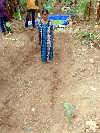 Mit Unterstützung der EBI wurden so genannte Gang- oder Dammgräben gebaut, damit der Monsunregen nicht abfließt, sondern ins Grundwasser sickert. Foto: Dr. Franz Richter