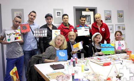 Eine Gruppe Flüchtlinge nimmt an einem Workshop mit der Künstlerin Maf Räderscheidt sowie Hassan Deldjouye Shahir, einem ehrenamtlichen Helfer, teil. Er findet statt im Rahmen eines Rotkreuz-Projekts (hier: Barbara Fischer und Bodo Froebus) zur gesellschaftlichen Teilhabe von Flüchtlingen. Foto: Alice Gempfer/pp/Agentur ProfiPress