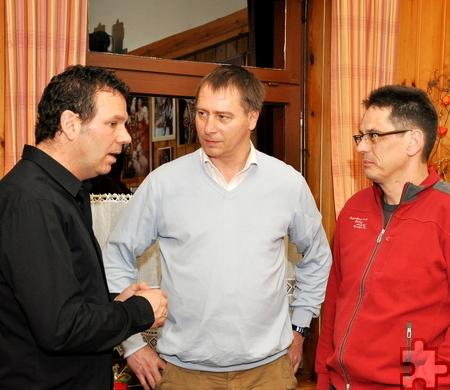 Der neue KSC-Vorsitzende Wolfgang Arens (links) im Gespräch mit den Handball-Abteilungsleiter Jürgen Drehsen (rechts) und Handball-Trainer Wolfgang Kirfel (Mitte). Foto: Reiner Züll/pp/Agentur ProfiPress