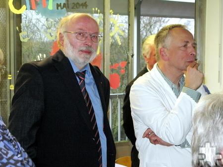 Hajo Heinen, Präsident des Kiwanis Club Nordeifel e. V., zusammen mit Dr. Stephan Waltz, Leitender Oberarzt der Kinderneurologie. Foto: Edgar Schnicke/pp/Profipress
