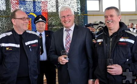Bürgermeister Herbert Radermacher (Mitte) freute sich über den Besuch von David Davids (links) und Peter Williekens von der Feuerwehr der belgischen Partnerstadt Mol. Foto: Reiner Züll/pp/Agentur ProfiPress