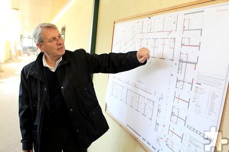 Im ehemaligen Internat im Kloster Steinfeld erläutert Wolfgang Scheidtweiler die Umbaupläne. Foto: Franz Küpper/pp/Agentur ProfiPress