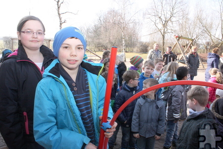 Auf dem Schulhof der Katholischen Grundschule Lückerath gibt es für jeden etwas zum Spielen und Bewegen, zum Beispiel die kleinen Hür-den, an denen die Hula-Hoop-Reifen befestigt werden können. Foto: Steffi Tucholke/pp/ProfiPress