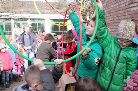 Bälle, Sandkastenspielzeug und Hula-Hoop-Reifen förderten die Kinder aus den riesigen Kartons zutage. Foto: Steffi Tucholke/pp/ProfiPress