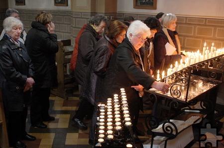 Hunderte Pilger kamen am Schmerzensfreitag nach Kallmuth, um vor der Piéta der Heiligen Maria mit dem toten Jesus eine Kerze anzuzün-den. Foto: Steffi Tucholke/pp/ProfiPress