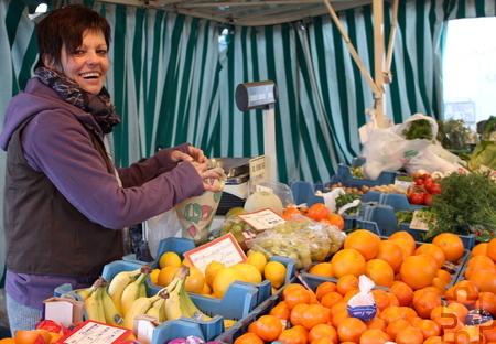 Mit frischen Produkten können sich die Kunden vor Ostern auf dem Mechernicher Wochenmarkt eindecken. Dieser findet ausnahmsweise am Donnerstag, 2. April, von 13 bis 17 Uhr, statt. Foto: Alice Gempfer/pp/Agentur ProfiPress