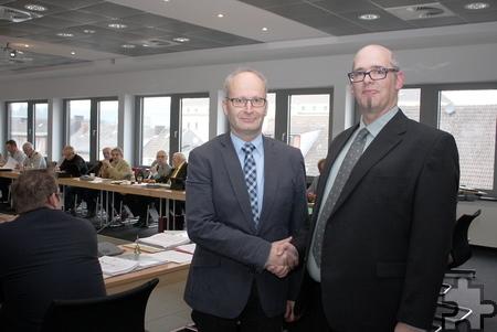 Bürgermeister Dr. Hans-Peter Schick (links) gratuliert Gunnar Simon nach seiner Vereidigung für den Rat der Stadt Mechernich. Foto: Steffi Tucholke/pp/Agentur ProfiPress