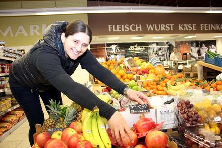 Das Obst im Landmarkt sucht Inhaber Necmi Karacan drei Mal in der Woche persönlich im Großmarkt aus. Foto: Alice Gempfer/pp/Agentur ProfiPress