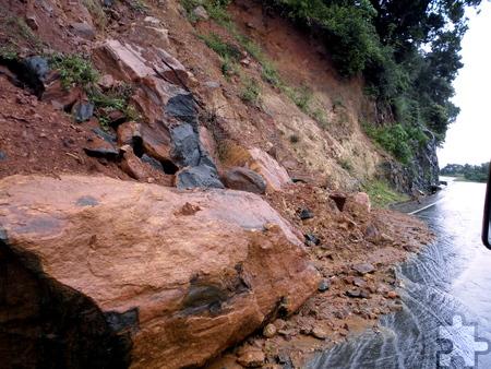 Durch die massiven Regenfälle und Wassermengen kam es vielerorts zu gefährlichen Erdrutschen. Die Region um Batticaloa war Ende Dezember 2014 besonders stark betroffen, wie diese Aufnahme während einer Autofahrt der beiden Eifel-Aid-Helfer zeigt. Foto: Privat/pp/Agentur ProfiPress