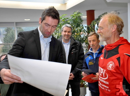 Georg Schmitz (links) von der Kaller Kinderkrebshilfe nimmt den Scheck entgegen und bedankt sich bei den Organisatoren. Foto: Reiner Züll/pp/Agentur ProfiPress