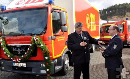Wehrleiter Harald Heinen übergibt den Fahrzeugschlüssel an den Löschzugführer Thomas Golüke. Foto: Reiner Züll/pp/Agentur ProfiPress