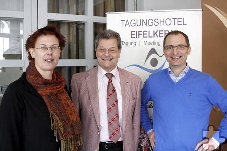 Eifelkern-Inhaber Klaus Müller (rechts) freute sich über das positive Feedback von ZAWM-Direktor Thomas Pankert und seiner Stellvertreterin Dr. Swantje Himmel. Foto: Stefan Lieser/pp/Agentur ProfiPress