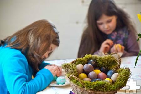 Bunte Eier können Besucher des LVR-Freilichtmuseums Kommern mit Naturfarben aus Zwiebel- und Walnussschalen zaubern. Foto: Hans-Theo Gerhards/Freilichtmuseum/pp/ProfiPress