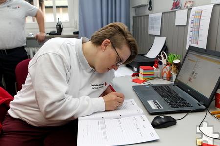 """Jede Hilfeleistung der Helfer des Roten Kreuzes wird in einem Heft dokumentiert. Susanne Fiege: """"Hier wird die graue Maße der Flüchtlinge zum Individuum."""" Foto: Franz Küpper/pp/Agentur ProfiPress"""
