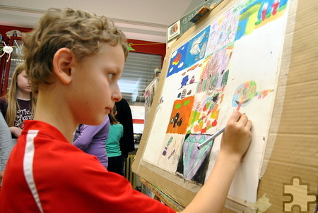Konzentriert malt Timo am Gemeinschaftsbild, das beim Schulfest im Sommer ausgestellt wird. Foto: Renate Hotse/pp/Agentur ProfiPress