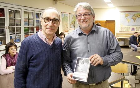 Schulleiter Heinrich Latz (links) gratulierte Ralf Hergarten zum Krimidebut. Foto: Stefan Lieser/pp/Agentur ProfiPress