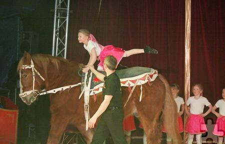 Die Voltigier-Kids zeigten allerlei Kunststücke auf dem Pferderücken – sogar einen Purzelbaum. Foto: Steffi Tucholke/pp/ProfiPress