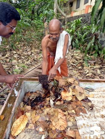 Den Kleinbauern wurde gezeigt, wie sie mit Würmern guten Mutterboden produzieren können. Foto: Dr. Franz Richter