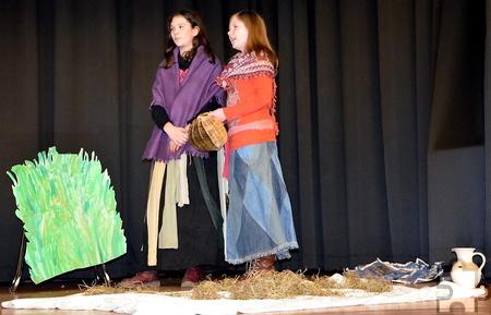 Mit einem eigenständig geschriebenen und in Szene gesetzten Theaterstück stimmten Schülerinnen der sechsten Klassen auf die Thematik der diesjährigen Misereor-Fastenaktion, den Folgen des Klimawandels auf den Philippinen, ein. Foto: Stephanie Will/GAT/pp/Agentur ProfiPress