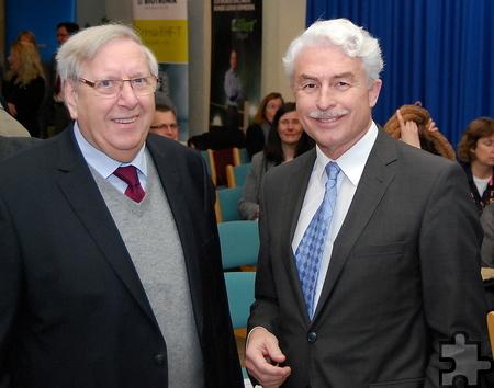 Auch die ehemaligen Ärztlichen Direktoren des Kreiskrankenhauses, hier Dr. Udo Freiberger (links), gratulierten ihrem Nachfolger Dr. Peter Wirtz. Foto: Die Fischer/pp/ProfiPress