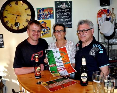 """Freuen sich auf die nächste """"Green Ireland Night"""": Andreas Bellgardt, Heike Huber und Andre Ruzek (von links) vom Theaterverein Rinnen. Foto: Reiner Züll/pp/Agentur ProfiPress"""