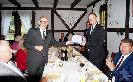 Die von Ralf Claßen (links) überreichte Einladung der Mechernicher zum Stadtjubiläum im Oktober nahm Skarszewys Bürgermeister Jacek Pauli gerne an. Foto: Privat/pp/Agentur ProfiPress