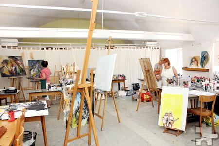 Die hellen Atelierräume stehen Tag und Nacht offen, so dass die Künstlerinnen theoretische 24 Stunden arbeiten können. Foto: Alice Gempfer/pp/Agentur ProfiPress