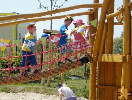 """Bei der Eröffnung des Spielplatzes der DRK-Kita """"Abenteuerland"""" eroberten die Kinder zuallererst das Piratenschiff. Foto: DRK/pp/Agentur ProfiPress"""