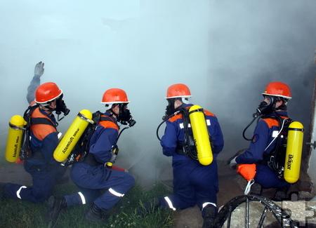 Beim Löschen eines echten Brandes trugen die Jugendfeuerwehrleute aus Bleibuir, Glehn und Floisdorf Atemschutzgeräte. Foto: Privat/pp/Agentur ProfiPress