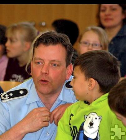 Der Dirigent und Chef des Musikkorps, Oberstleutnant Christoph Scheibling, begrüßte die Kinder der Fuchs- und Hasenklasse und stellte die verschiedenen Instrumentengruppen mit Hilfe der Musiker vor. Foto: Privat/pp/Agentur ProfiPress