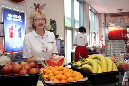Das Rotkreuz-Küchenteam hatte wieder ein reichhaltiges Buffet gezaubert, unter anderem gab es viel frisches Obst. Foto: Alice Gempfer/pp/Agentur ProfiPress