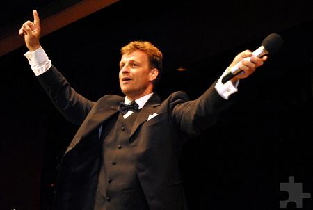 Zeitweise überließ Johannes Kalpers das Singen dem Publikum und dirigierte von der Bühne aus. Foto: Renate Hotse/pp/Agentur ProfiPress