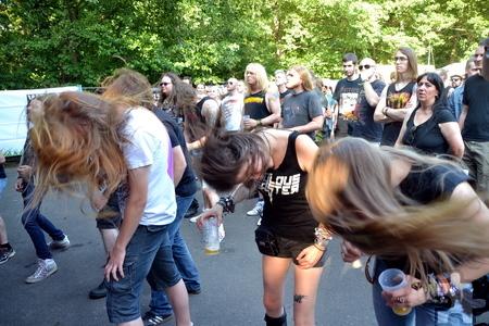 Kein Heavy Metal ohne Headbangen: Auch im Mühlenpark flogen die Haare. Foto: Cedric Arndt/pp/Agentur ProfiPress