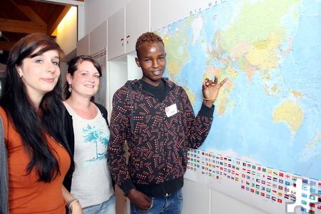 """Efrem lebt seit einem Jahr in der Kaller Jugendeinrichtung """"Tu was"""". Auf der Karte zeigt er Veronika Lakomski (links) und Ramona Klinkhammer, woher er kommt: aus Eritrea. Foto: Alice Gempfer/pp/Agentur ProfiPress"""